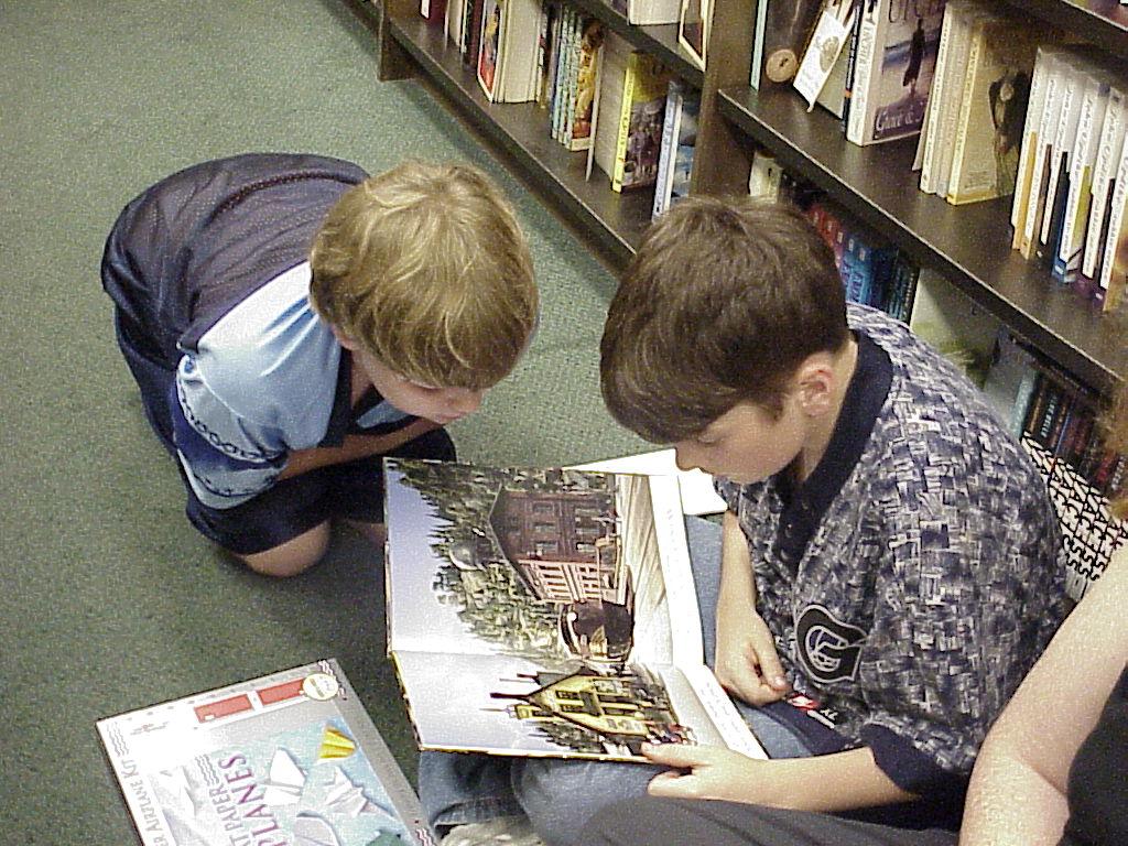 Dos niños leyendo