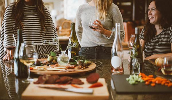 urbanidad-mesa-invitado-anfitrion-condis