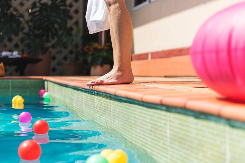 piscina-protegerse-sol-verano-condis