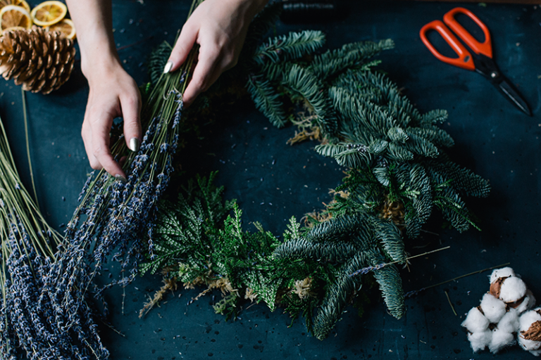 Cómo-hacer-corona-de-Navidad-natural-Christmas-wreath-768x512