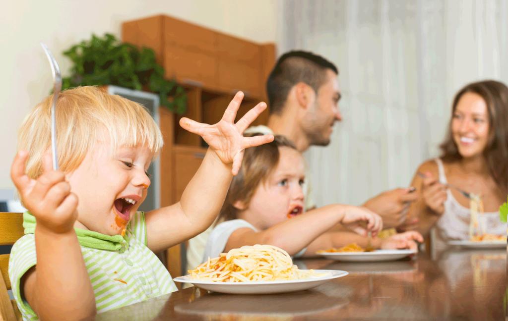 niña-feliz-comiendo-pasta
